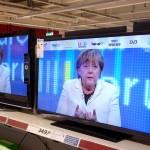 Politblog debattiersalon | Totalüberwachung: Wie eine träge Herde Kühe - Kanzlerin Angela Merkel CDU TV Bildschirm | Foto © Marcus Müller 2013