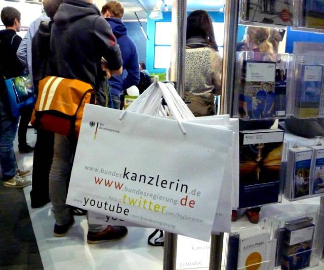 debattiersalon | DEUTSCHLANDBILD: Kanzlertasche Buchmesse Frankfurt Bundespresseamt | Foto: Marcus Müller © 10/2013