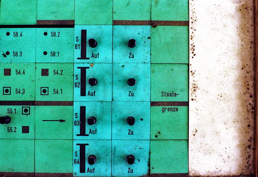 debattiersalon | DEUTSCHLANDBILD | Ehemalige DDR-Grenze in Helmstedt, Foto: Martin Langer © 1993 | Mauerfall, Schaltpult